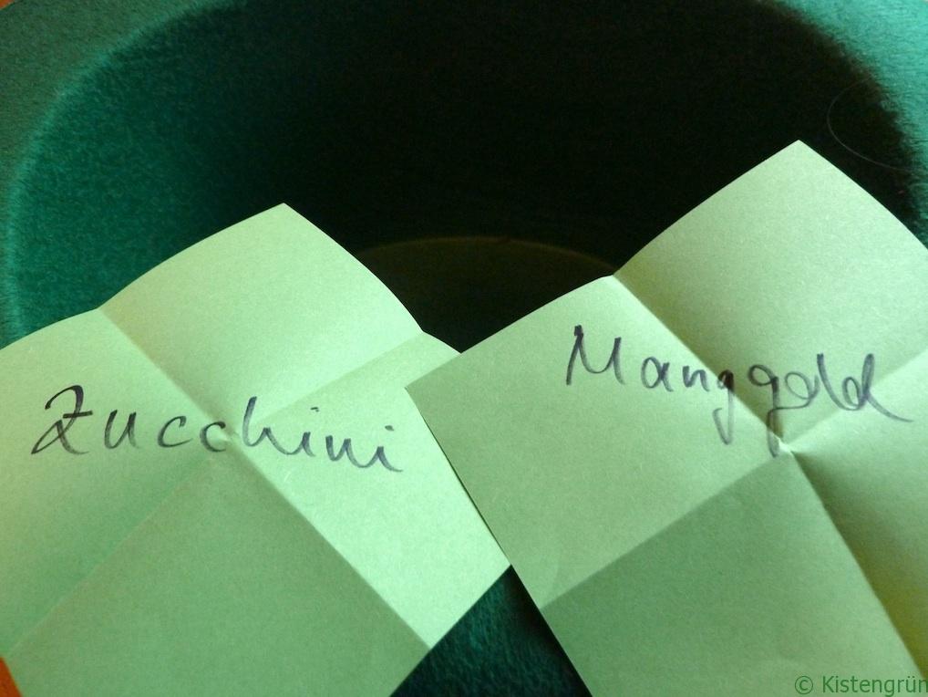 Zucchini und Mangold stehen auf grünen Zetteln.