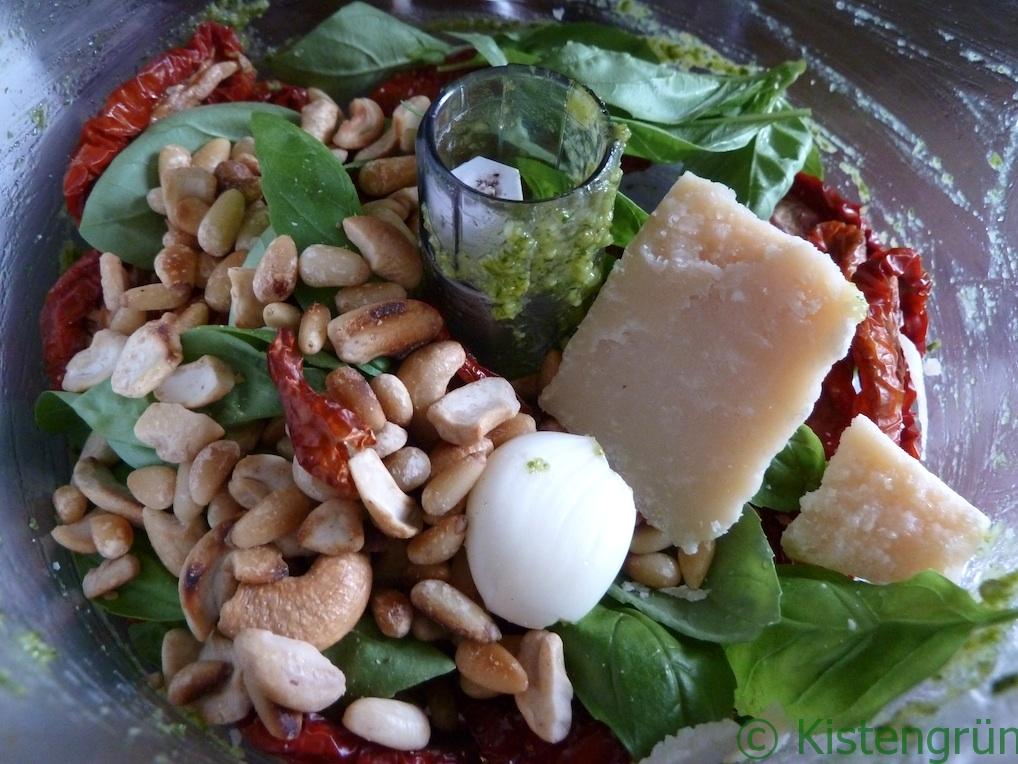 Zutaten für eine Tomatenpesto im Mixer: Tomaten, Basilikum, Knoblauch, Pinienkerne
