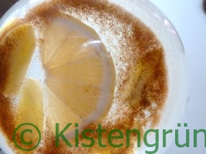 Frischer Ingwertee mit Zitrone und Zimt in einem Glas