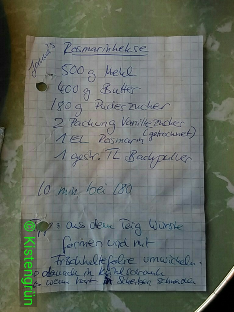 Ein Zettel mit Zutaten für Rosmarin-Kekse