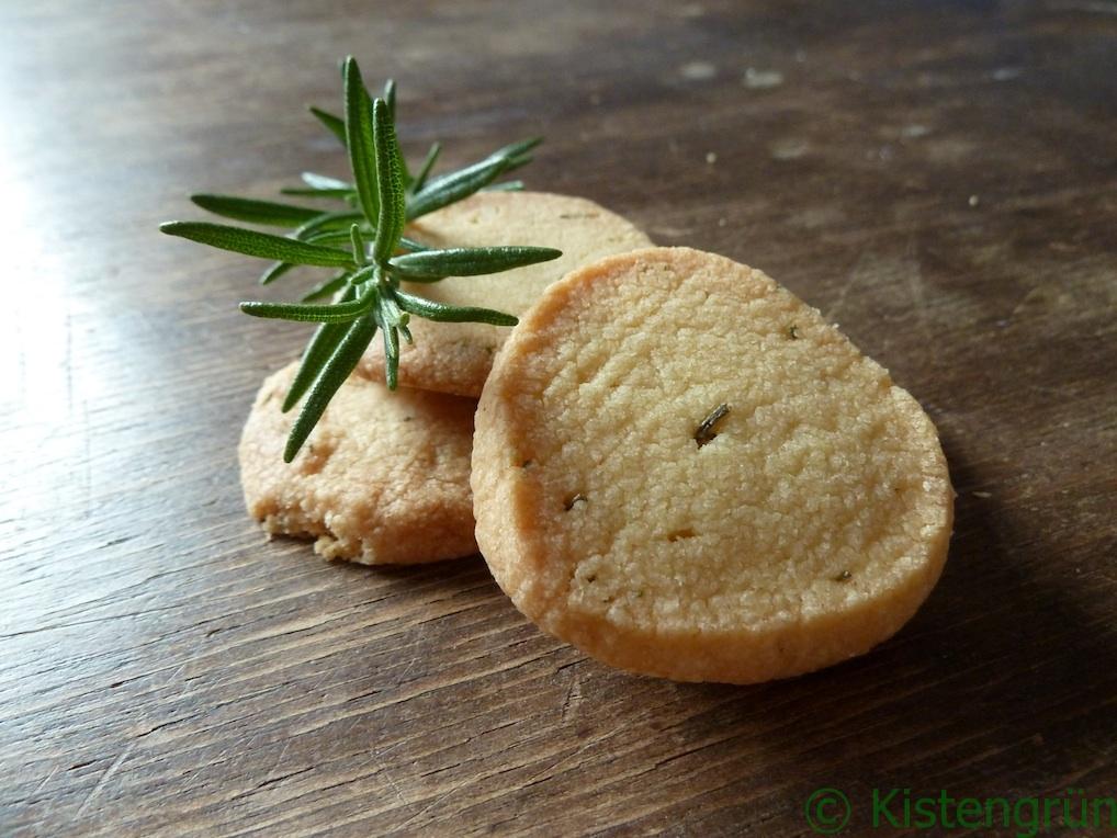 Rosmarin-Kekse und ein Zweig Rosmarin