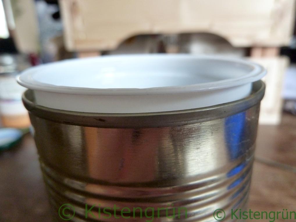 Mini-Blumentopf: ein Joghurtbecher in einer Konservendose