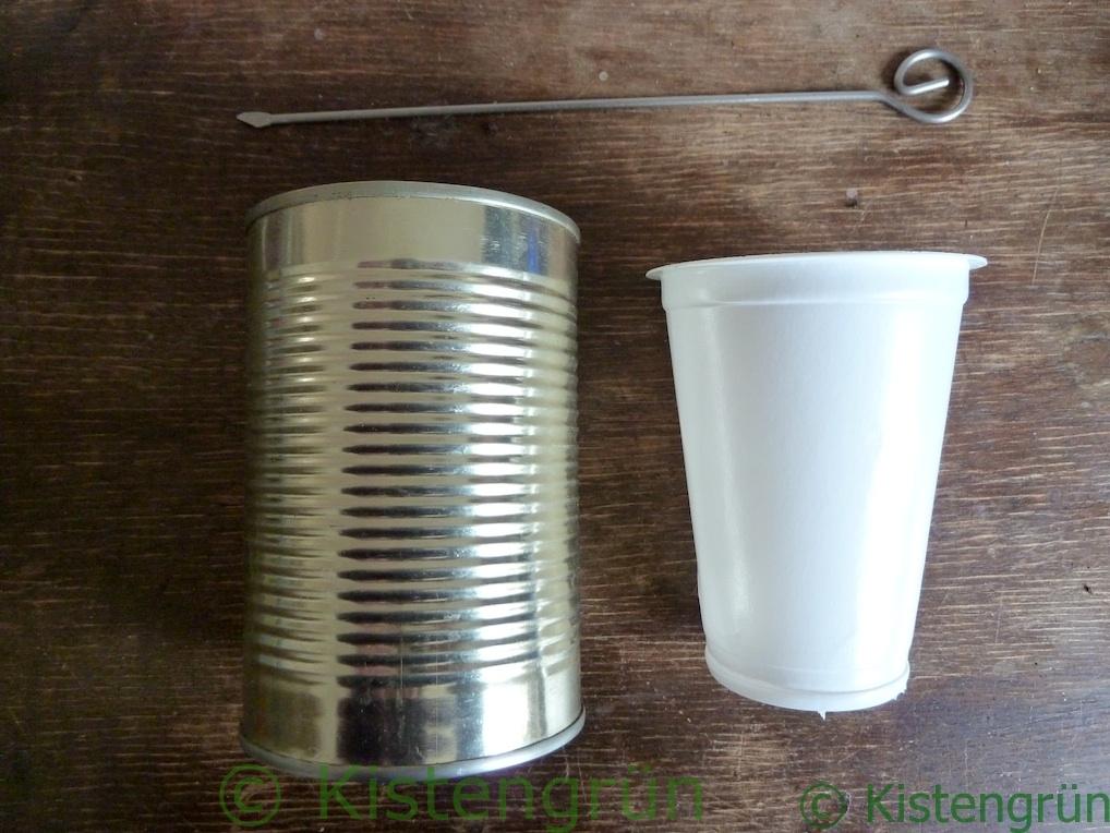 eine Konservendose, ein Joghurtbecher, ein Schaschlikspieß aus Metall