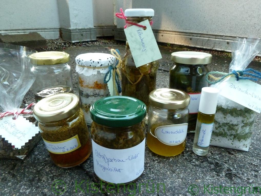 Produkte mit Wildkräuter in Gläsern und Tüten
