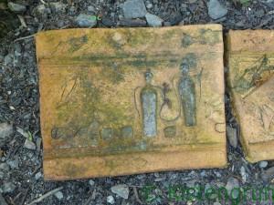 Tonscherbe mit zwei Engel aus dem Bibelgarten in Bremen