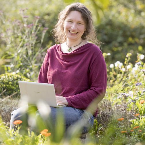 Melanie Oehlenbach schreibt auf ihrem Blog Kistengrün über ihren Balkon-Garten. Als freiberufliche Journalistin schreibt sie unter anderem über die Themen Garten und Nachhaltigkeit. © Joerg Sarbach