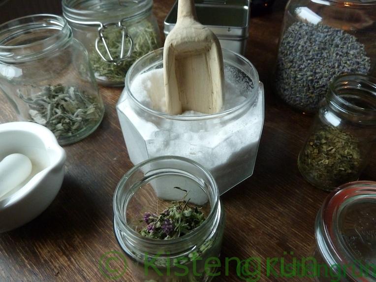 Zutaten für Kräutersalz: Salz und mediterrane Kräuter