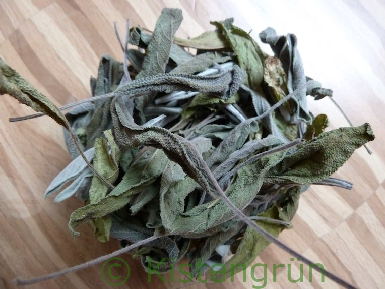 Getrocknete Salbeiblätter: Im Sommer geerntet sind sie besonders aromatisch.