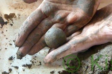 Samenbomben selber machen: Saatkugeln mit der Hand gerollt